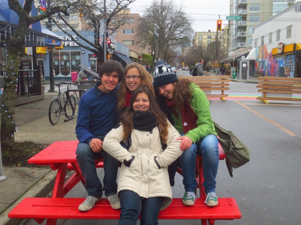 Kleines Gruppenfoto in der Davis Street in Vancouver